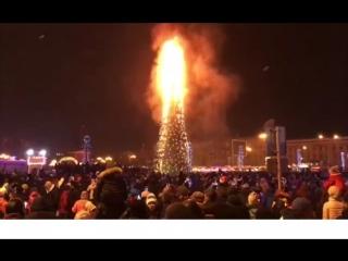 Южно -Сахалинск , площадь Ленина Новый 2018 год сгорела ёлка