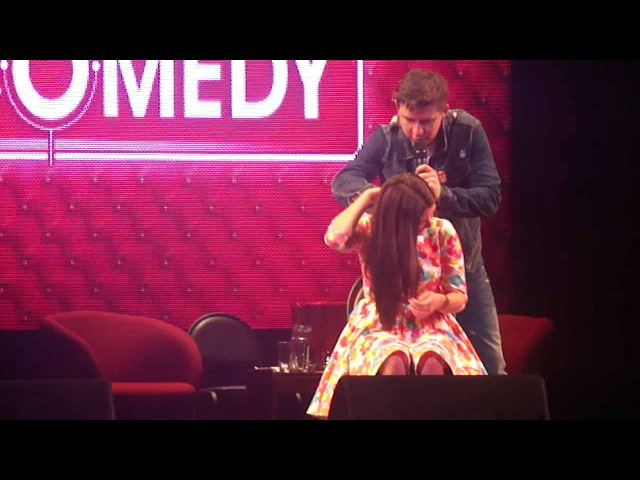 Тимур Батрутдинов делает массаж зрительнице на сцене
