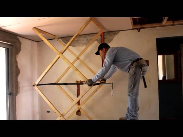 Gata artesanal para instalar planchas en cielos.