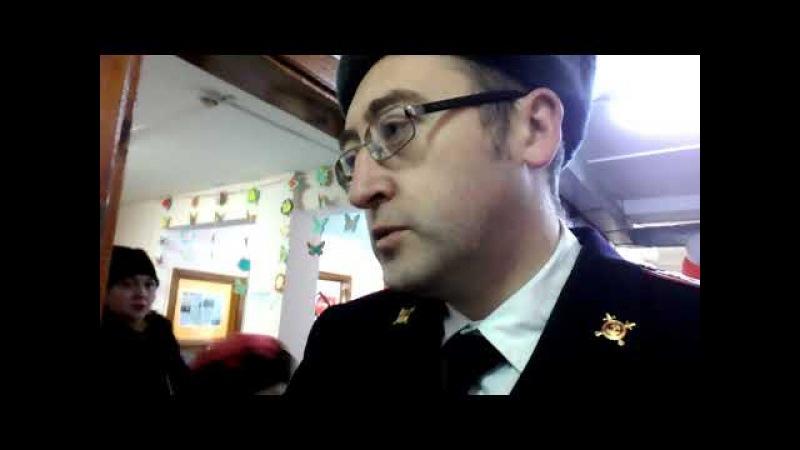 Женщина в форме майора полиции отказывается предъявлять удостоверение