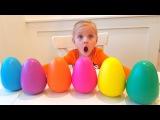 Смешной малыш открывает яица сюрпризы с игрушками Учим цвета по-английски с курочкой