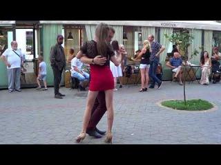 У девушки потрясающая пластика и чувство ритма!!! Street! Music! Dance!