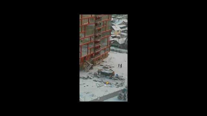 Неизвестный мужчина выпал с верхнего этажа новостройки и погиб