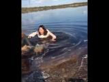 17 Пьяные и голые девушки купаются в ледяной воде в Якутске