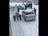 во Владивостоке начался сильный снегопад, к которому жители явно были не готовы.