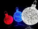 Елочные шары триколор на улице Рахова Саратова