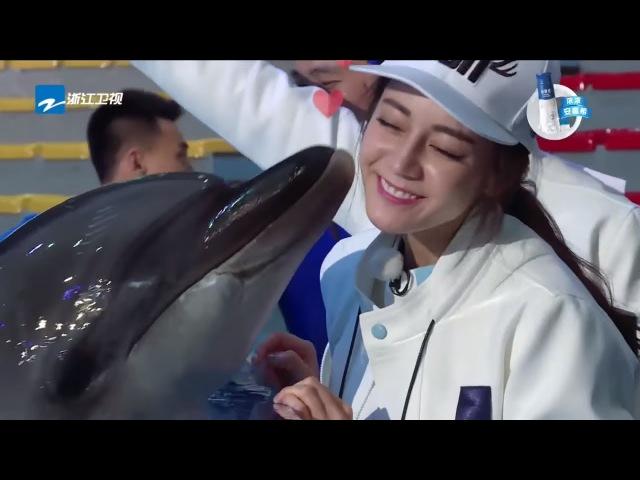 热巴遭海豚连吻10次 鹿晗坏笑偷打其脑袋 奔跑吧 170602 花絮 【综艺风向标】