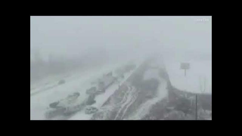 ДТП около сотни машин в Айове на скользкой трассе попали в аварию.