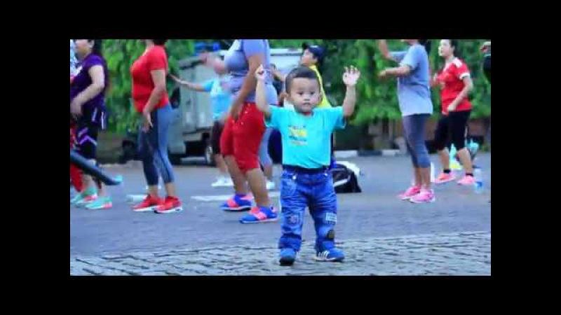 Aksi ibu ibu Berjoget lucu Anak bermain ikut joget