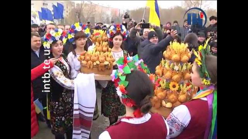 На межі Тернопільської та Хмельницької областей з'єднали Державний прапор Укра ...
