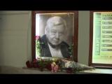 Цветы у портрета Олега Табакова в МХТ имени Чехова