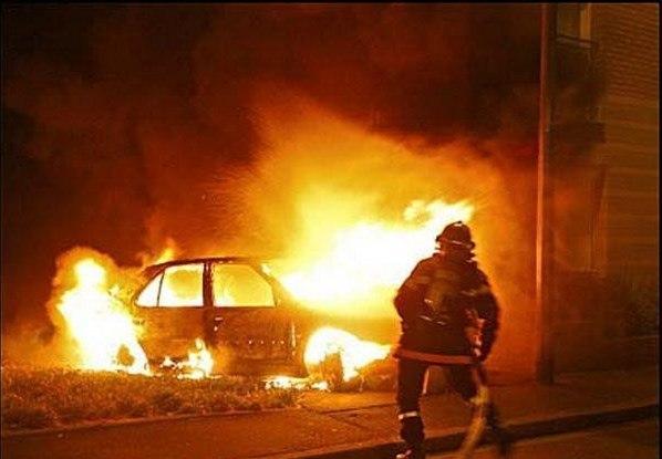 В Никеле на старом кладбище сгорела машина