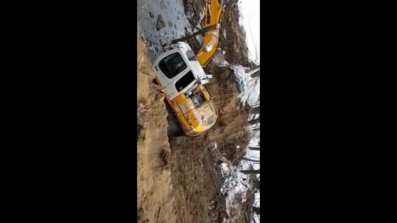 экскаватор заехал на лед и провалился в Новокуйбышевске
