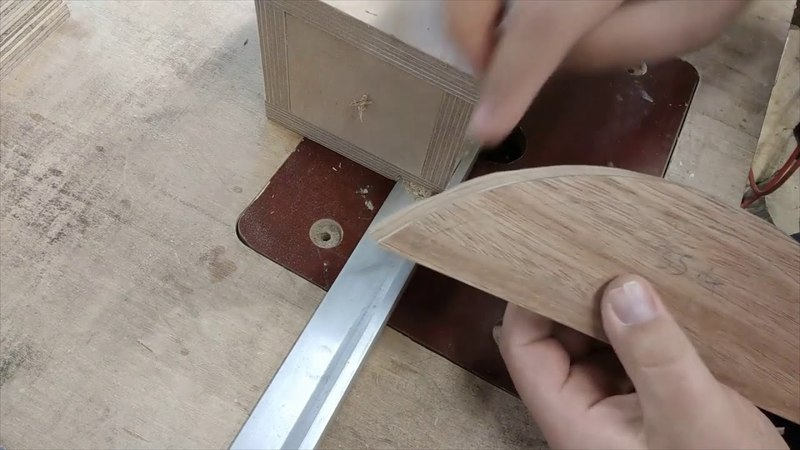 Skips tips. Using a flush trim router bit