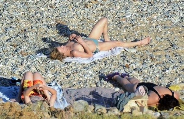 взрослые женщины на пляже, загорать топлесс, голая грудь,