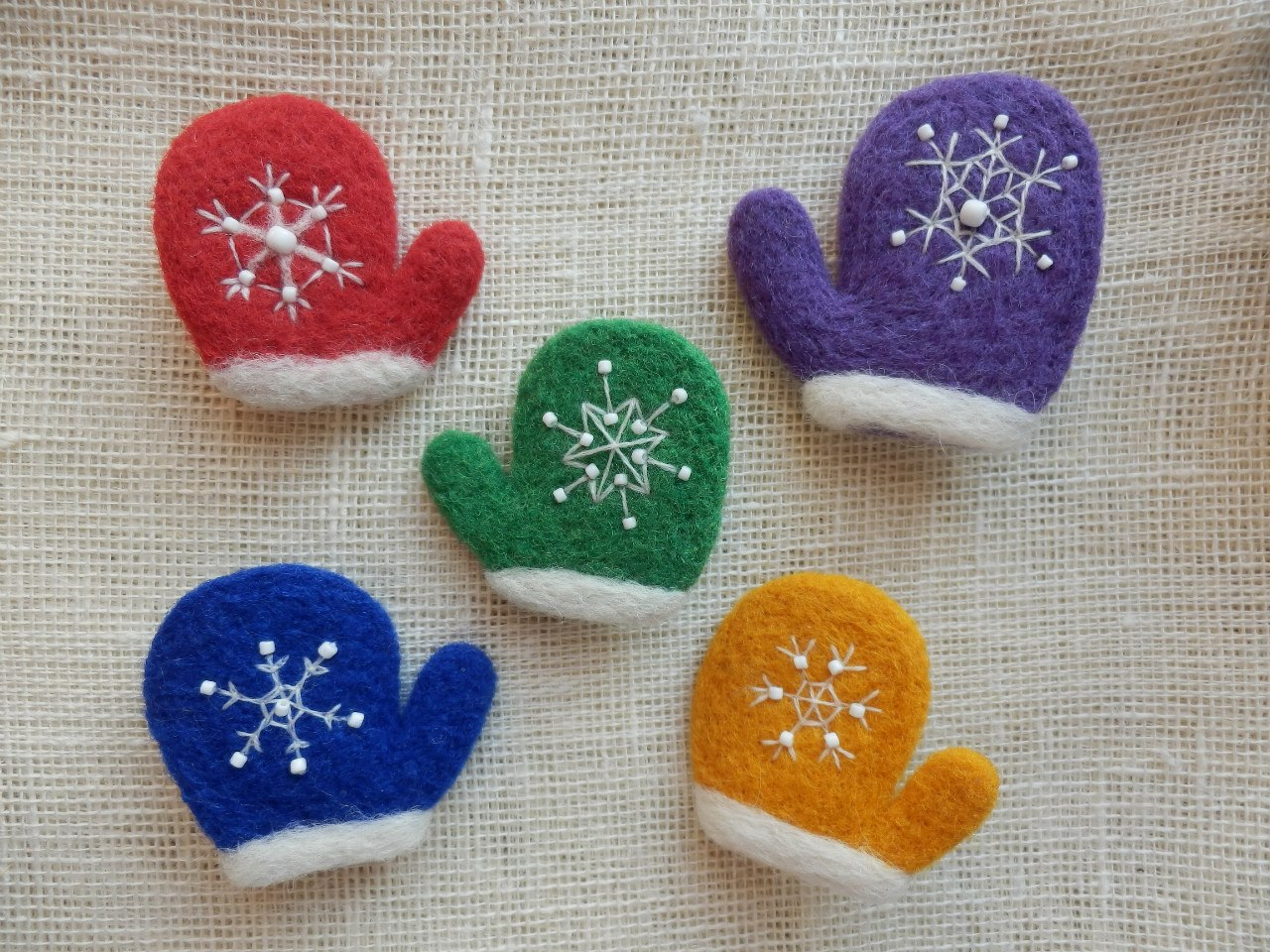 Вышивки снежинки на варежках