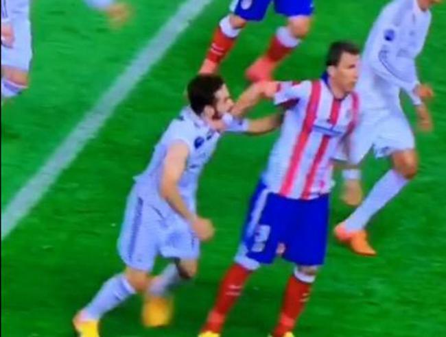 УЕФА может наказать Карвахаля за укус и удар Манджукича (Видео)