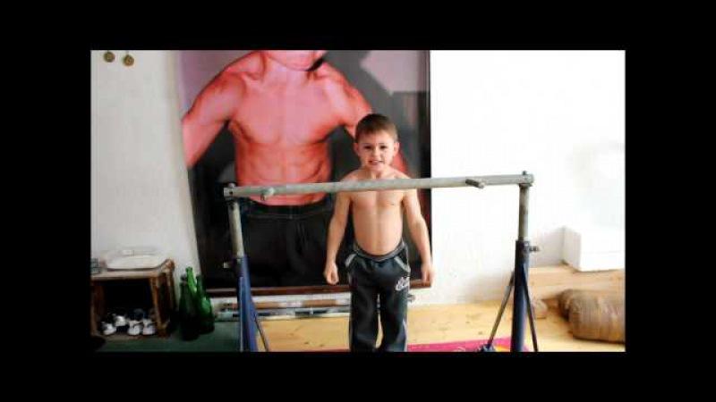 Джулиан Строе, 11 лет. Монструозные отжимания вверх ногами!