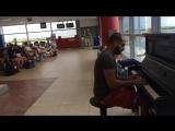 Пианист в аэропорту играет разными стилями