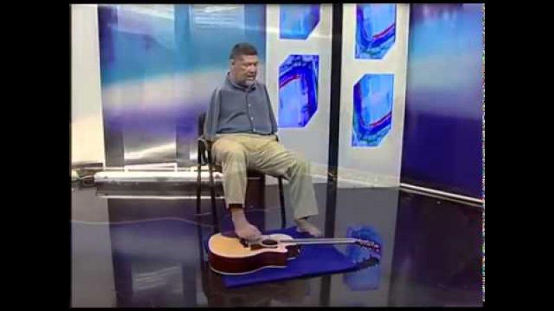 Deficiente toca música Let it Be dos Beatles no violão