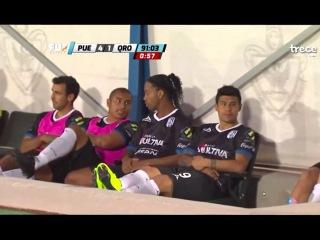 Fan invade pitch to hug Ronaldinho in Puebla at end of Puebla vs Queretaro 2015