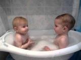 Дети купаются в ванной. Children bathe.