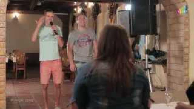 Вот так надо петь в караоке! Парни исполнили для девушек необыкновенную