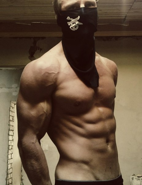 накаченные пацаны в масках же
