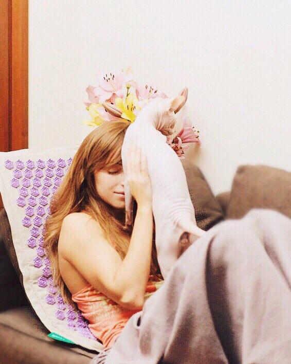 Девушка использует парня как коврик для ног фото фото 531-869
