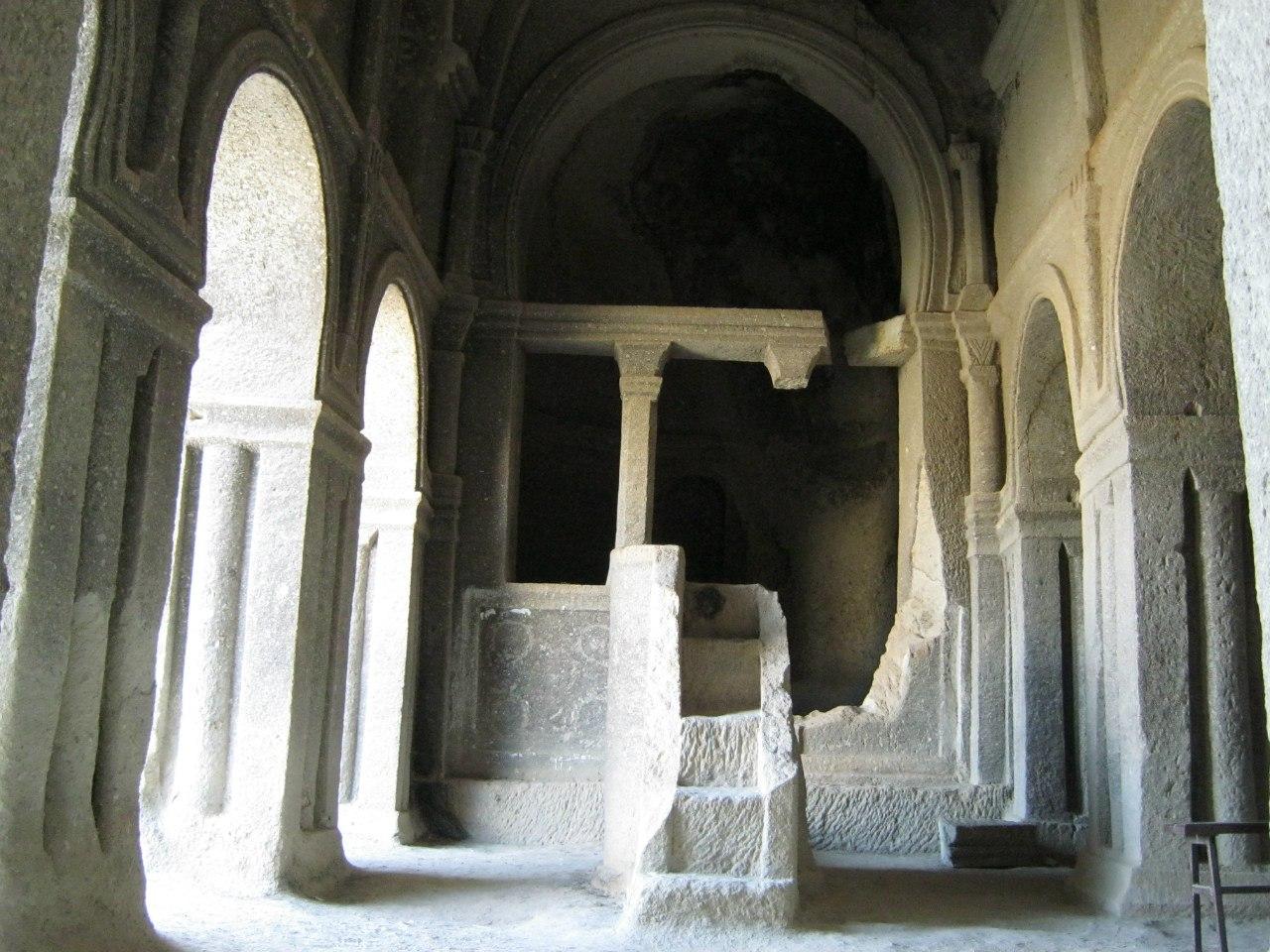 Одна из самых больших пещерных церквей в Каппадокии
