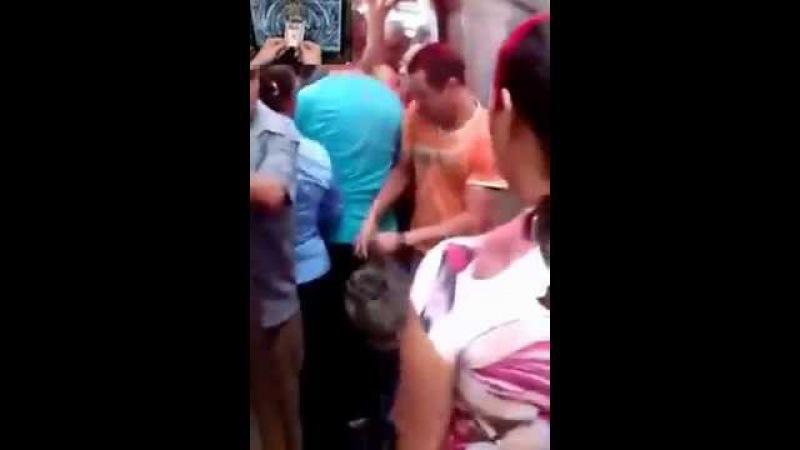 смешной случай в метро У парня стояк и защемило член дверью