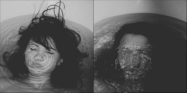 Девушка тонет в ванной