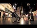Парень с невероятной пластикой танцует на улице Смотрите необычный уличный танец