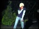 Девушка танцует тектоник