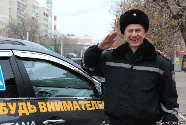 Майор полиции Юрий Панасенко не скрывает радости, с удовольствием фотографируется во всех ракурсах, ведь такая машина - единственная в Костанае.