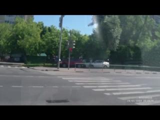 Девушка учится водить скутер