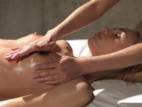 Нежный массаж для блондинки