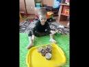 Малыш играет на барабанах ращвивашка