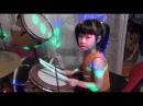 Вика учится играть на барабанах