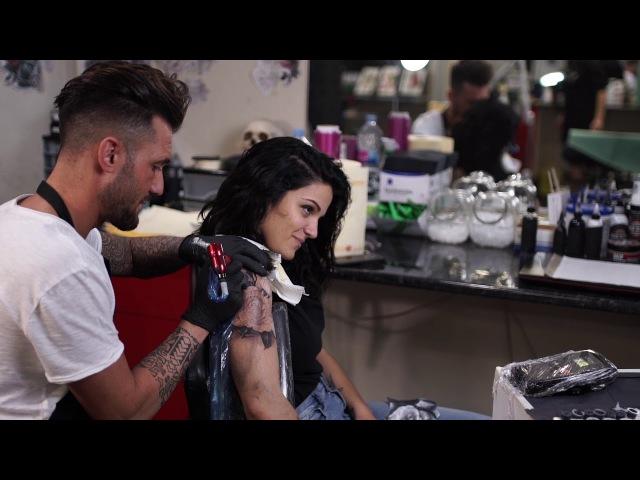 Tatuaje rosa realista blanco y negro (Javi Cincoángeles)