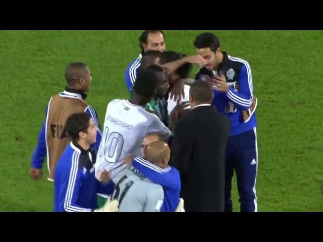 Rei Ronaldinho é reverenciado pelos jogadores do Raja Casablanca ● Respeito à Lenda