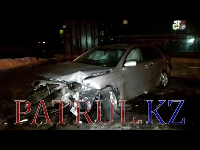В Алматы автомобиль вылетел с дороги и врезался в кинотеатр «Целинный»