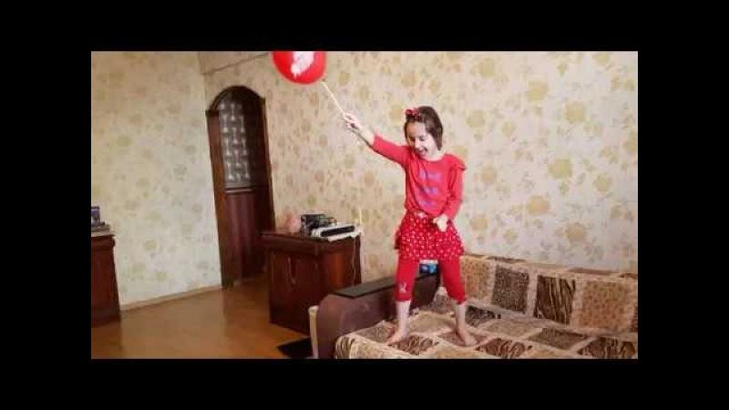 Стаффи лопает шарик. наши игры