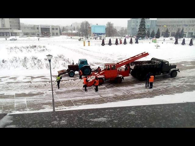 Сумы. Снегоуборочная машина времен СССР и КРАЗ 219 ( USSR snow-removing machine)
