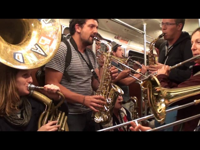 Poil O' Brass Band - Danza Kuduro/Eye of the Tiger in the Berlin Subway /