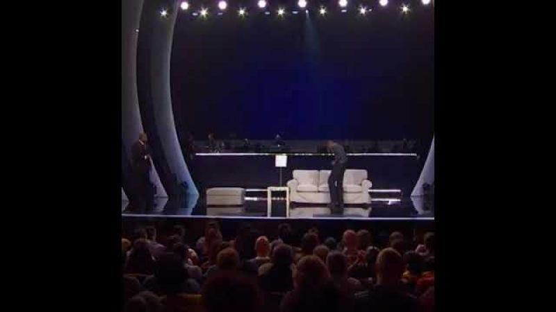 Гибкий негр на сцене | Самый гибкий человек в мире