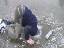 Прикол на зимней рыбалке! Пьяный мужик спит на льду! Ржач!