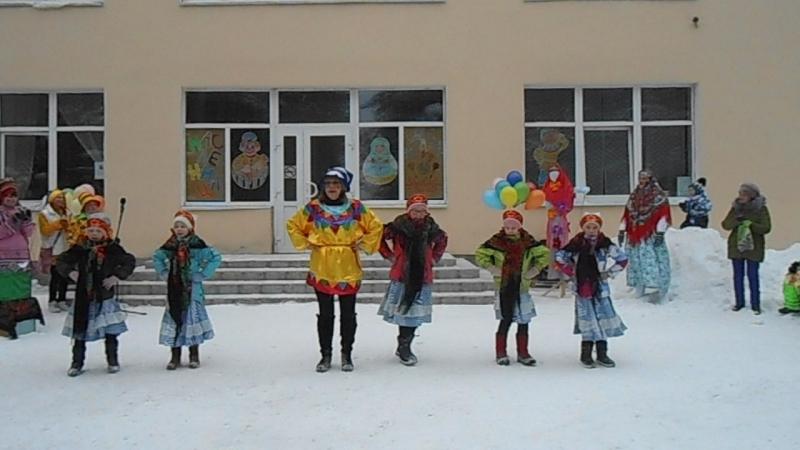 Наши дети танцуют с руководителем .