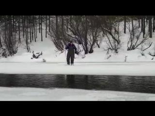 Г. Магадан река Дукча 11 ноября 2017, район подвесного моста, проверка Романом толщену льда.