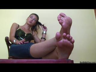 Mistress Larissa Foot worship показывает грязные ножки shows dirty feet Фут-фетиш #serbian #feet #fetish #femdom